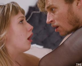 Любовник с кудрявыми волосами жадно трахает свою подругу в чулках