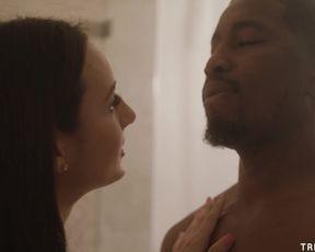 Негр с бородкой нежно трахается с сексуальной брюнеткой в ванной